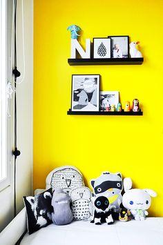 lastenhuone,keltainen,värikäs,seinähylly,asetelma