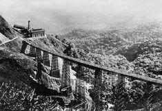 Eisenbahnviadukt in Santos, 20er Jahre Timeline Classics/Timeline Images #20er #20s #blackandwhitefotography #nostalgie #nostalgic #historisch #historical #vintage #retro #brücke #bridge #rail #railway #eisenbahn #bahn #schiene #eisenbahnbrücke #Santos #viadukt #brasilien #brasil #viaduct #jungle #dschungel Bahn, Retro, Vintage, Saints, Brazil, Jungles, Nostalgia, Vintage Comics, Retro Illustration