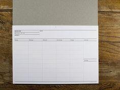 Ein Helfer für den Arbeitstisch und unterwegs.Der Wochenplaner bietet Raum für Notizen, Termine und Co. Durch seinen klaren Aufbau lässt sich die Woche übersichtlich gestalten.Die 50 Blatt zum Selbstdatieren machen den Planer mehrjährig und zeitlos verwendbar. Ein Einband aus Graupappe schützt vor Knicken und Blicken.Zum Archivieren einfach Seite abtrennen, an Lochmarke lochen, abheften.Design: Kleinwaren / von LaufenbergMaße: ca. 297 x 210 mmMaterial: P...