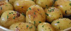 A retomar esta fácil y exquisita receta, solo hay que seguir el paso a paso! Quedan buenísimas, bien doraditas y no se imaginan el olor y el sabor, ni para qué les cuento! Potato Varieties, Butter Potatoes, Types Of Potatoes, Yellow Potatoes, Fresh Garlic, Easy Chicken Recipes, Cooking Time, Easy Meals