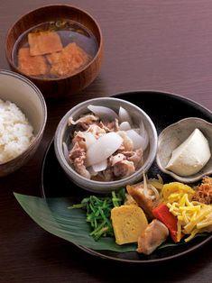 豚肉と玉ねぎの炊いたん、野菜たっぷりのおかず、西京極の馴染みの豆腐屋さんの豆腐などを盛り合わせた「日替気分」1,000円。
