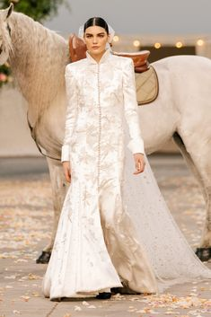 Chanel Spring 2021 Couture – Classy and fabulous way of living Haute Couture Looks, Style Couture, Haute Couture Fashion, Chanel Couture, Fashion Week, Look Fashion, High Fashion, Fashion Show, Chanel Fashion