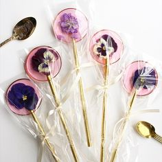 Watermelon sugar wands with edible flowers - design - Isomalt, Home Made Candy, Lollipop Recipe, Flower Food, Edible Arrangements, Candy Making, Candy Apples, Sugar Art, Edible Flowers