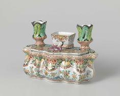 Anonymous | Inktstel van veelkleurig beschilderde faïence, Anonymous, c. 1750 - c. 1775 | Langwerpig inktstel met bakje tussen twee kaarsenhouders en een deksel met een liggend mannetje. De veelkleurige beschildering bestaat uit lambrequins en bloemtakken.