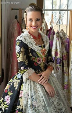 Folk Costume, Southern Belle, Joanns Fabric And Crafts, Victorian Fashion, Sari, Traditional, Elegant, Pretty, How To Wear