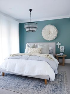Pretty beach bedroom with teal walls, white bedding and pale grey accessories. Love the white juju hat against the darker teal walls. Teal Bedroom Walls, Teal Accent Walls, Feature Wall Bedroom, Bedroom Wall Colors, Teal Walls, Bedroom Color Schemes, Grey Teal Bedrooms, Teal Beach Bedroom, Dulux Feature Wall
