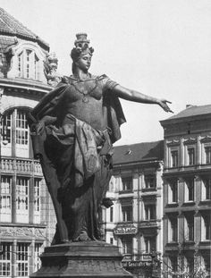 Die Berolina ca.1900 auf dem Alexanderplatz vor dem Warenhaus Tietz.