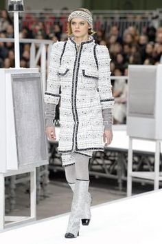 Fashion Week Paris Fall/Winter 2017 look 1 from the Chanel collection womenswear New Fashion Trends, Fashion News, High Fashion, Fashion Show, Fashion Design, Haute Couture Style, Chanel Couture, Fashion Week Paris, Nyfw Style