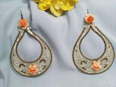 Pendientes de acetato nacarado adornado con florecitas color coral y rematado con bolitas metálicas color oro viejo. Pendientes de fiesta. de ViRemDesigns en Etsy