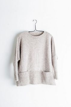 Ash is destined to be a wear-it-all-the-time favorite, with its roomy, swingy body, cozy pockets, and fitted sleeves. Knitting Designs, Knitting Stitches, Baby Knitting, How To Purl Knit, Stockinette, Pulls, Look Fashion, Ravelry, Knitting Patterns