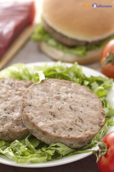 I BURGER DI #TONNO ALL'ARANCIA E ZENZERO (orange and ginger tuna burger) sono una profumata alternativa all'#hamburger di carne, accompagnato da salsa alla senape e miele. #ricetta #GialloZafferano #secondipiatti #italianfood