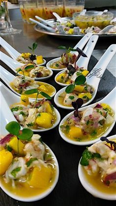 The shrimp ceviche, as with any fish or seafood, is a wonder brought from Peru and very adapted to our igu cuisine . Peruvian Cuisine, Peruvian Recipes, Finger Food Appetizers, Appetizer Recipes, Catering, Appetisers, Food Presentation, Food Plating, Food Inspiration