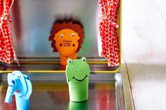 Loin de chez lui, Bébé s'ennuie ? Sa valisette se transforme comme par enchantement en théâtre de marionnettes ! Qui fait le prince ? Et le roi Lion ? Et la grenouille ? Imaginez les plus belles histoires à mettre en scène dans ce théâtre.