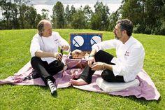 Como iniciativa de Agua Magna de Cabreiroá, los cocineros Xosé Cannas (izda.) y Pepe Solla (dcha.) ofrecieron un picnic de alta gastronomía en el restaurante Pepe Vieira