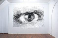 Un oeil anamorphique en sphères suspendues