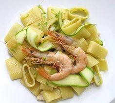 Buongiorno a tutti!! Un'idea veloce per il #pranzo?  #Pasta #calamarata con #gamberi e #zucchini, semplice e saporita.. come sempre su Cucina Italiana e Dintorni http://blog.giallozafferano.it/cucinaitalianaedintorni/calamarata-con-gamberi-e-zucchini/