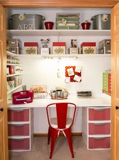 Flawless 25 Craft Room Shelving Ideas https://decoratop.co/2017/12/22/25-craft-room-shelving-ideas/ What's really great about wire shelving is the fact that it can be set up in any closet, no matter what is behind the walls.