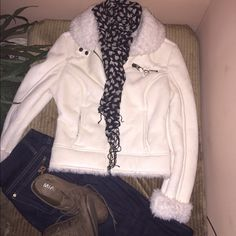 ☃❄️Ivory guess Jacket⛈☁️ Used once, very warm it's a size M but fits like small beciase of the fur inside.. Perfect for winter!☃⛄️ Guess Jackets & Coats Puffers