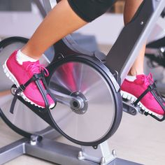 Spin Class: A Checklist for Beginners + Benefits of Indoor Cycling - Here's how to avoid the dark side of SPINNING and maximize your workout efforts. Hiit Bike, Bicycle Workout, Cycling Workout, Bike Workouts, Workout Gear, Best Exercise Bike, Exercise Cycle, Cycling For Beginners, Spinning Workout