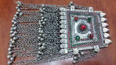Vintage colgante grande de Kuchi de Afghani con campanas, tribu nómada gitano étnico grande colgante, colgante de Boho Turkoman de SARYOSAL en Etsy https://www.etsy.com/es/listing/461639200/vintage-colgante-grande-de-kuchi-de