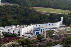 CENTRO DE BIOTECNOLOGIA DA AMAZÔNIA – CBA Localizado à avenida Governador Danilo de Matos Areosa, no Distrito Industrial, o Centro de Biotecnologia da Amazônia (CBA) foi instituído em 2002 pelo Decreto no. 4.284. No prédio em frente está localizada a Fundação Centro de Análise, Pesquisa e Inovação Tecnológica (Fucapi) que foi instituída em 1982.  Foto: Durango Duarte. Acervo: Fotos Aéreas Manaus – 2007.