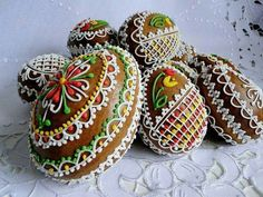 gingerbread Easter egg cookies Don't know what this site says but who cares. They are gorgeous! Cute Cookies, Easter Cookies, Easter Treats, Egg Cake, Easter Chocolate, Easter Celebration, Egg Decorating, Edible Art, Easter Recipes