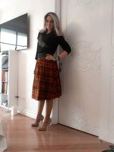 Combinado com salto, a saia midi é a queridinha da estação, é um bom investimento para criar um look feminino.