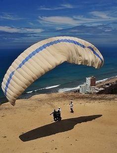 Paragliding in Crucita - Parapente en Crucita by Len Langevin, via Flickr
