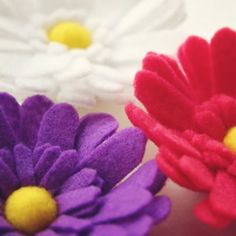 easy to follow tutorials on multiple styles of felt flowers.