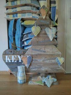 Kussens, hartjes en vaasjes van oude wollen dekens. Kerstbomen, harten, memoborden en magneetborden van oude pallets / sloophout. Nieuwsgierig? Kijk op marktplaats -huis en inrichting- en zoek op YY.