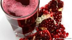 It shouldn't come as a surprise the health benefits of pomegranate juice. Despite pomegranates not having loads of nutrients compared to other fruits, pomegranate juice has antioxidants (and lots of them) and a good amount of health benefits. Sumo Natural, Natural News, Natural Juice, Juice Smoothie, Smoothie Recipes, Smoothies, Fruit Juice, Fresh Fruit, Blueberry Juice