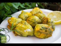 Zucchini blossoms stuffed with rice and crushed wheat Zucchini Blossoms, Greek Recipes, Food And Drink, Rice, Herbs, Favorite Recipes, Stuffed Peppers, Vegetables, Cooking