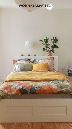 Wir zeigen Dir ein paar schöne Ideen für die Wandgestaltung in Deinem Schlafzimmer. Die richtige Wandfarbe für das Schlafzimmer zu finden ist nicht leicht. Mit diesen Tipps gelingt die Farbgestaltung vom klassischen Weiß zum neuen Farbton School House White! Comforters, Blanket, Furniture, Home Decor, Paint, Bedroom Ideas, Couple, Home Decor Accessories, Homes