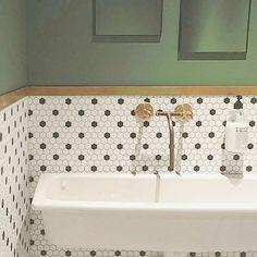 INSPIRATION  Je trouve que la décoration d'une salle de bain est difficile. J'ai un véritable coup de coeur pour celle-ci chez @citizencoffee ! Vous aimez?  Bonne journée!  #deco #decoration #inspiration #salledebain #vintage