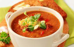 Falešná gulášová polévka III. 150 gměkkého salámu 50 gslaniny 3 ksvelké brambory 2 ksrajčata nebo trochu rajského protlaku 2 kscibule střední velikosti 2 ksstroužky česneku 1 kskostky bujónu 1,5 lvroucí vody mletá sladká paprika mletá pálivá paprika majoránka zelené natě pepř sůl