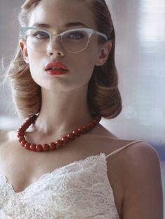 Las gafas con estilo vintage completarán un look de novia muy retro