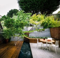 A equipe de arquitetos foi além do jardim vertical, criando um jardim em cascata para um casal americano