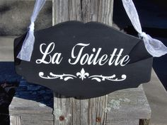 La Toilette is a great bathroom accent sign. Also, a great way to help your guest(s) find the powder room. The curves and scrolls of the wood and vinyl give this sign an elligant appeal. Bathroom Vinyl, Bathroom Doors, Bathroom Signs, Bathroom Ideas, French Bathroom Decor, Bathroom Black, Bathroom Accents, Pine Cone Crafts, Vinyl Signs