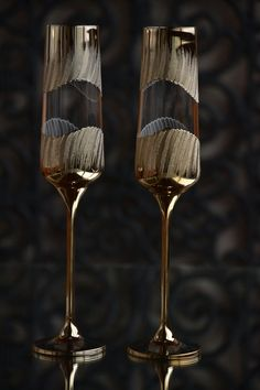 Golden Wedding Champagne Glasses for Bride and Groom, St Valentines gift, Champagne flutes Toasting glasses gold Wedding table decoration Wedding Wine Glasses, Wedding Champagne Flutes, Champagne Glasses, Handmade Wedding Gifts, Decorated Wine Glasses, Wine Glass Crafts, Crystal Glassware, Bottle Art, Glass Bottle
