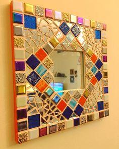 Ein zerbrochener Spiegel ein paar Kacheln ein @ikeauae-Spiegel viel harte Arbeit und jede Menge    Ein gebrochener Spiegel einige Kacheln ein @ikeauae-Spiegel viel harte Arbeit  und jede Menge Liebe und Leidenschaft ist alles was ich für die Herstellung dieses DIY-Mosaikspiegels verwendet habe. Teilen Sie alle laufenden Arbeiten  Bilder. Schieben Sie den ganzen Weg nach rechts um von Anfang an zu sehen.  Mein Eintrag für decorragga diese Woche für die Themenspiegel. Tagging @divyajujaray… Mirror Mosaic, Diy Mirror, Mosaic Art, Mosaic Tiles, Mosaic Crafts, Mosaic Projects, Diy Wall Art, Wall Decor, Mosaic Patterns