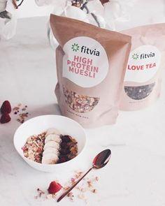b o w l  g o a l  Früher hab ich Frühstück gehasst - irgendwie hab ich nie was runterbekommen -  aber seit einiger Zeit hab ich versucht, mich darauf zu freuen, mir Mühe bei der Zubereitung zu geben und auf Happy Food zu achten, das gesund ist, mich glücklich macht und mir Kraft gibt.   Das neue 'High Protein' Müsli von @fitvia.de erfüllt genau diese Kriterien - es enthält Chia, Cashewstückchen und getrocknetes Obst  alles was ich gerne mag!   Vor kurzem ist die neue Website www.fitvia..