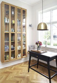 Velourpuder, du bare må røre ved, tæpper med etniske mønstre og elegante tapeter. Velkommen inden for i proces- og indretningsarkitekt Ida Zimmer Mellentins elegante herskabsvilla.