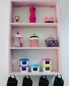 Detalhe da minha cozinha! 🎀 ⠀ A prateleira é um ótimo lugar pra colocar temperos e itens de decoração 😉 Mais fotos com os detalhes da cozinha lá no blog: ⬇️ ⠀lunaepluma.com
