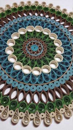 Mandala in piqué paper - - Quilling Paper Crafts Paper Quilling Jewelry, Paper Quilling Patterns, Neli Quilling, Origami And Quilling, Quilled Paper Art, Quilling Paper Craft, Paper Beads, Diy Paper, Paper Crafts