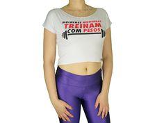 Blusas Femininas | Blusa Cropped Costas Rasgadas Mulheres Modernas Treinam Com Pesos Branca  Acesse: http://www.spbolsas.com.br/atacado/ #Regatas #Femininas #Atacado