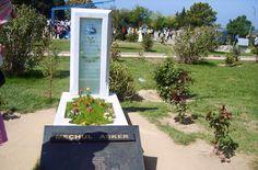 """""""MEÇHUL ASKER""""  Meçhul Asker'in yeri Çanakkale Şehitler Anıtı eski şehitliğinin ön bölümünde yer almaktadır. 10 Mart 2003'te Avustralya Büyük Elçiliği'mize verilen bir şehidimizin başını elçilik yetkilileri Türkiye'ye gönderdiler. Bedeni Anafartalar Aruburnu bölgesinde yatan yiğit şehidimizin başı 18 Mart 2003'te törenle bugünkü şehitliğe gömülmüştü"""