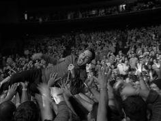 Mike Shinoda crowd surfing - Linkin Park Joe Hahn, Rob Bourdon, Feeling Empty, Park Pictures, Mike Shinoda, Hard Part, Chester Bennington, Film Music Books, Linkin Park