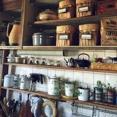 キッチン収納って、永遠の課題ですよね。どうしてもごちゃごちゃしてしまいます。写真投稿サイト・ルームクリップ には、キッチン収納実例がたくさん投稿されています。その中から、大人オシャレなカフェふうの、すっきり美しい収納をご紹介します。