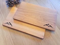 Das leichte Jausenbrettl aus Kirschbaumholz passt in jeden Rucksack und bietet eine perfekte Jausenunterlage. Das Bergmotiv ist mit Laser ausgeschnitten. Butcher Block Cutting Board, Wooden Platters, Carpentry, Schnapps, Gifts