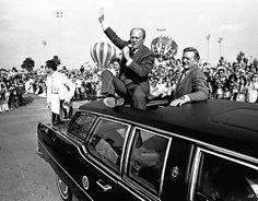 Souvenirs - John Wayne qui défile en voiture avec le Président Ford lors de la Campagne Présidentielle du 24 octobre 1976